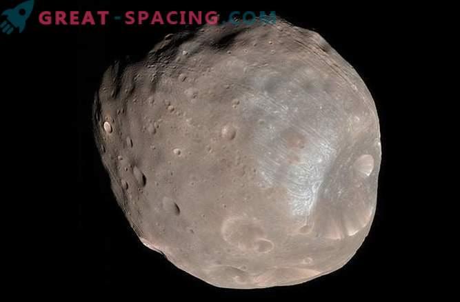 Mars satellite Phobos begins to collapse