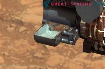 Sudden leakage and interesting results of Curiosity's organic organic search experiments on Mars