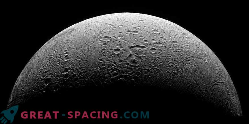 Complex organic molecules on Enceladus