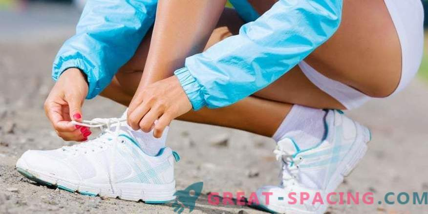 How to tie shoelaces on sneakers?