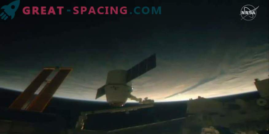SpaceX's Dragon Capsule Delivers Christmas Treats to the ISS
