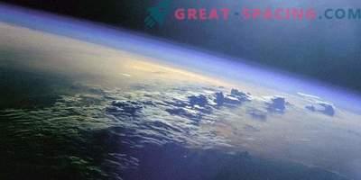The atmosphere of the Earth extends far beyond the Moon!